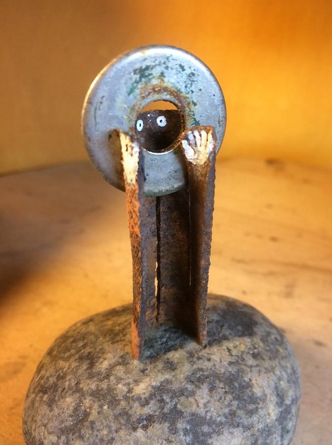Dragende Keilbout 2019 10x6x5 cm keilbout metaal en kiezel gesso en inkt