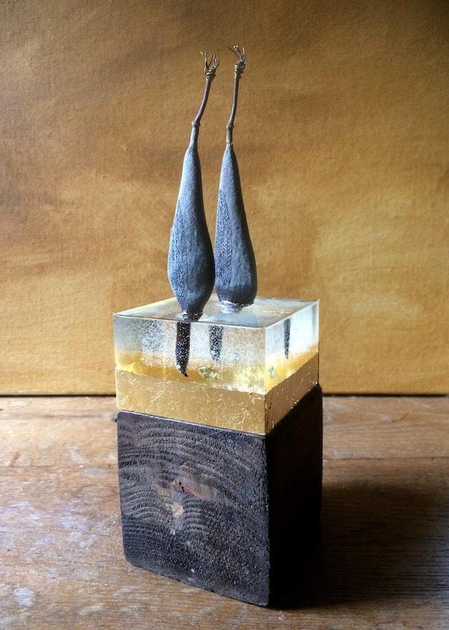 DuikVogels (2021 - peulen, giethars, bladgoud, koperdraad, gesso en inkt - 20x6,5x6,5 cm), door Celine van Hoek