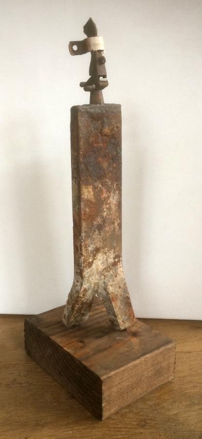 Tweezijdig Wijdschrijdend 2020 36x10x14 cm oud ijzer gesso en inkt